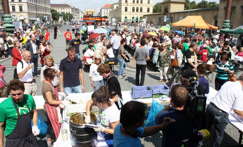 """Aktionstag """"Teller statt Tonne"""" gegen Lebensmittelverschwendung auf dem Odeonsplatz in München"""