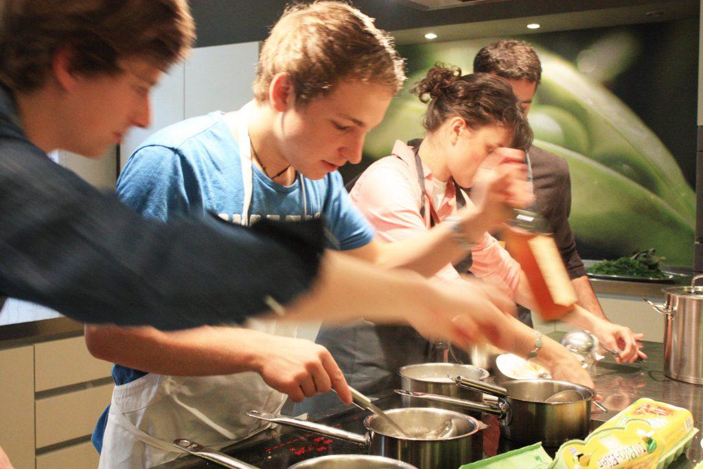 """Veranstaltung """"Kochen mit Studenten"""" unter der Leitung von Flora Hohmann in der Kustermann-Kochschule am Viktualienmarkt"""